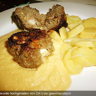 Mit Ziegenkäse gefüllte Fleischküchle, Wurzelpüree und Fränkischer Kartoffelsalat
