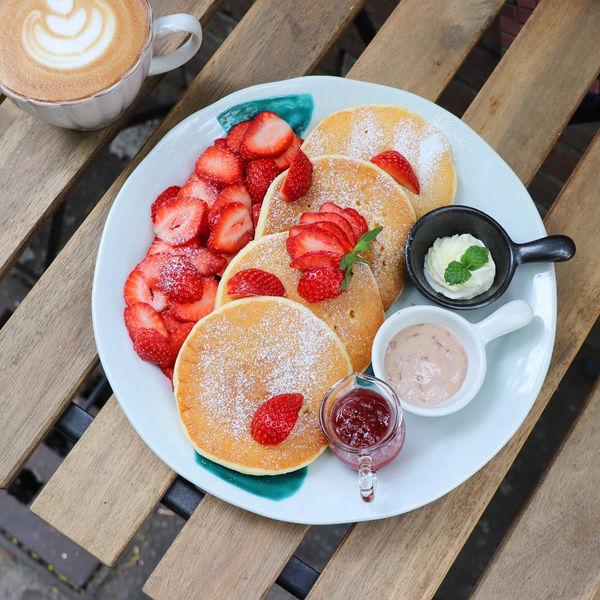 是吉咖啡,隱身321巷藝術聚落,手作美味早午餐/草莓鬆餅~講究食材品質與美味,服務很親切值得再訪!