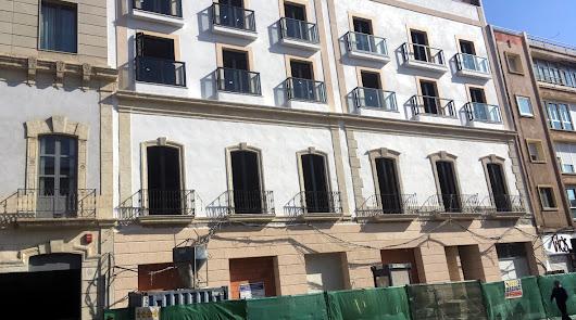 El edificio es fruto de la unión de dos fincas enfrente de la circunvalación del  Mercado.