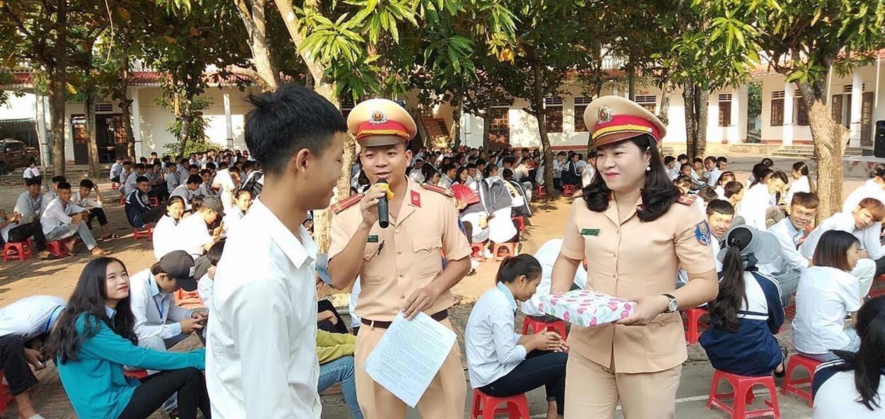 Cán bộ Công an huyện Diễn Châu đặt câu hỏi xử lý tình huống khi tham gia giao thông cho các em học sinh  trả lời.