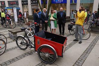Photo: Ještě než jsme vyjeli, otevřel J. M. Knudsen z Dánské ambasády výstavu fotografií z cyklistické Kodaně nazvanou Město v pohybu. V popředí legendární dánská Christiania  Autor: Jiří Blecha