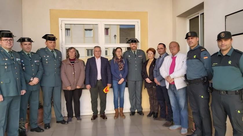 Foto de familia de la Guardia Civil y de las autoridades tras descubrir la placa.