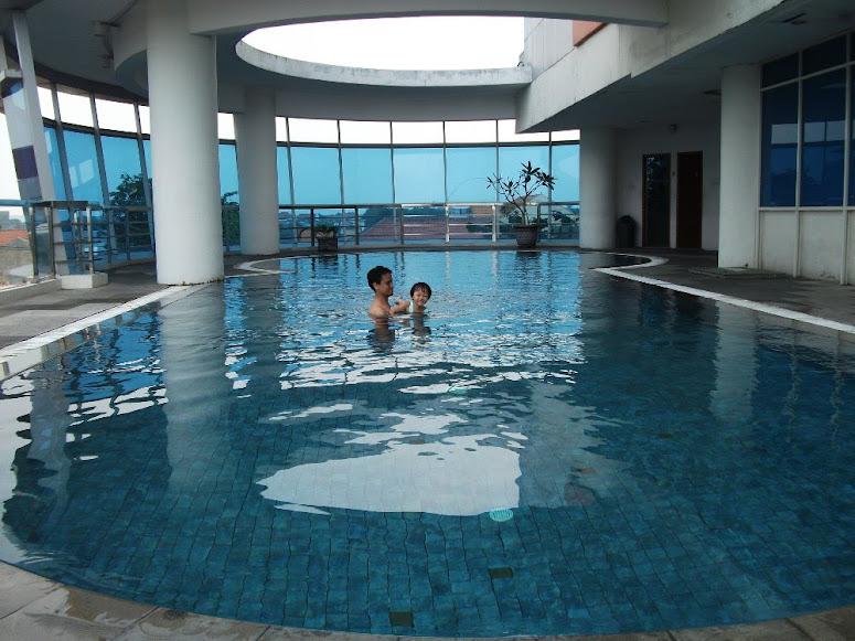 Menikmati fasilitas hotel secara maksimal adalah konsep paling dasar dari staycation