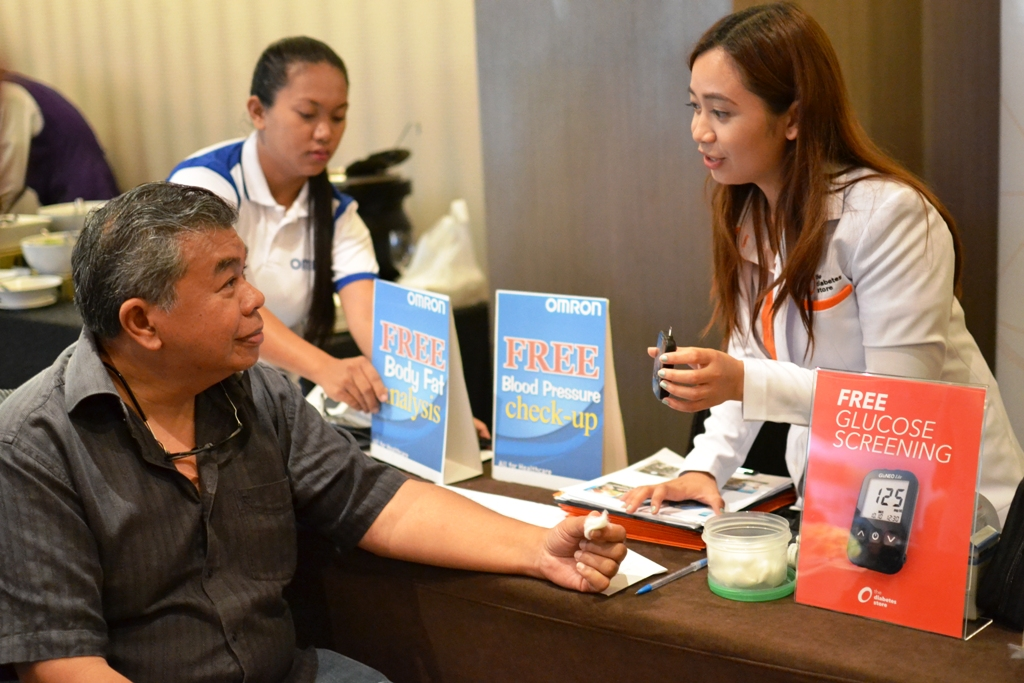 THE DIABETES STORE OFFERS FREE INITIAL PATIENT ASSESSMENT CONDUCTED DURING THE FIRST VISIT TO ASSESS CONDITION AND PROVIDE INITIAL RECOMMENDATIONS. PHOTO SHOWS TED CLAUDIO OF WAZZUP.PH FOR HIS INITIAL PATIENT  ASSESSMENT TEST