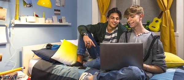 Un bambino gioca su un tablet in camera sua