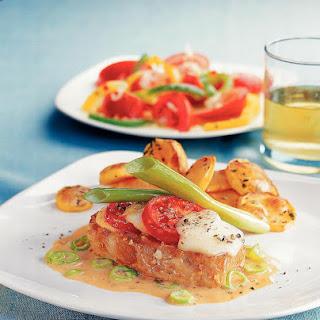 Kräuter-Minutensteak mit Tomaten und Käse gratiniert
