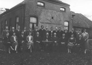 Photo: Toneel 1937 v.l.n.r. zittend: Aafje Meijer-Niemeijer, Annie Keizer-Homan, Otto Homan, Hillechien Schuiling-Schuiling, Gerrit Essing, meester Oosterhoff (h.d.s.) regisseur, Hendrik Wilms, Jacob Hilbrands, E. van Gogh-Mulder en Jan Bareld Dekker Staand: Hendrik Moek, Derk Homan, Albert Lanjouw, Jacob Moek, Geert Dontjer, Rudolf Lanjouw, Lucretia Degenhardt-Homan, Albertus Buiter, Rika Homan-Van der Woude, Johan Koopman, Jan Rozenveld, Hendrik Schuiling, Willem Kamps, Derkien Jansen-Lanjouw en Jantiena Pepping.