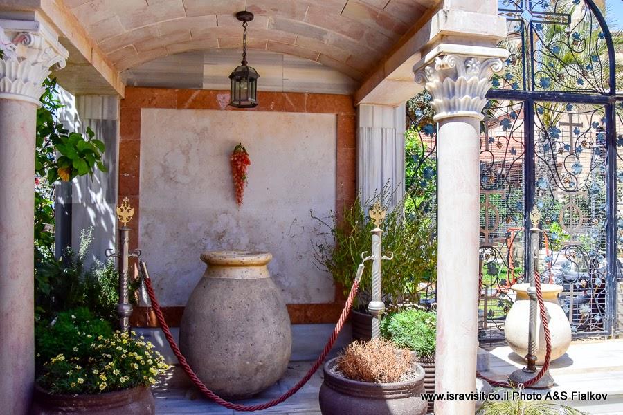 Кувшин – каменный сосуд водонос. Первое чудо Иисуса в Кане Галилейской. Греческая православная церковь. Экскурсия по Святым местам Галилеи.