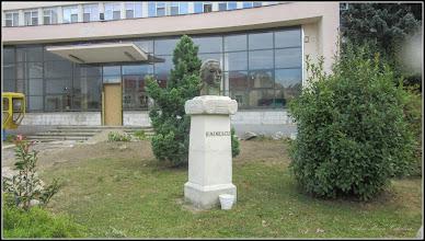 Photo: Turda, Piata 1 Decembrie 1918, Portretul lui Mihai Eminescu - Sculptura realizata de Suba László 1969. Lucrarea a fost dezvelita la data de 15.ianuarie 2008  - 2018.09.22