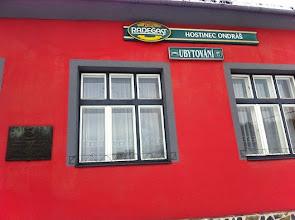 Photo: Detail fasády hostince Ondráš, na kterém je pamětní deska umístěna.