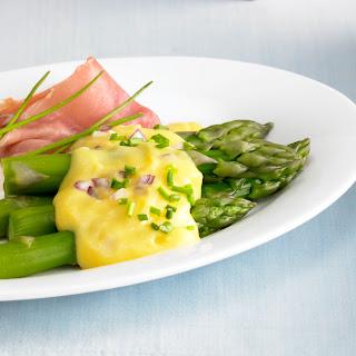 Grüner Spargel mit Aprikosen-Zwiebel-Hollandaise und Schinken