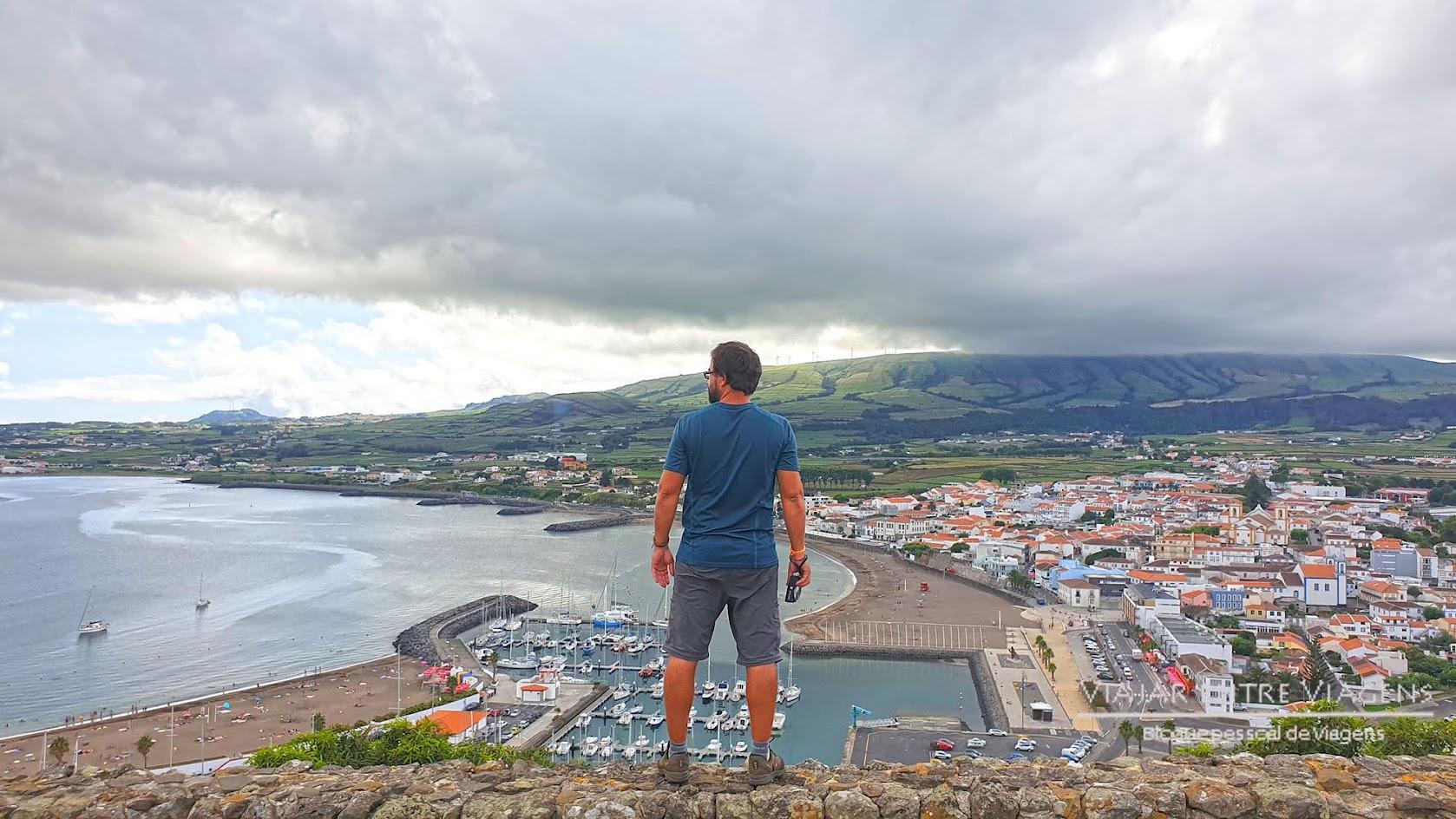 Desfrutar das vistas do Miradouro do Facho, na ilha Terceira