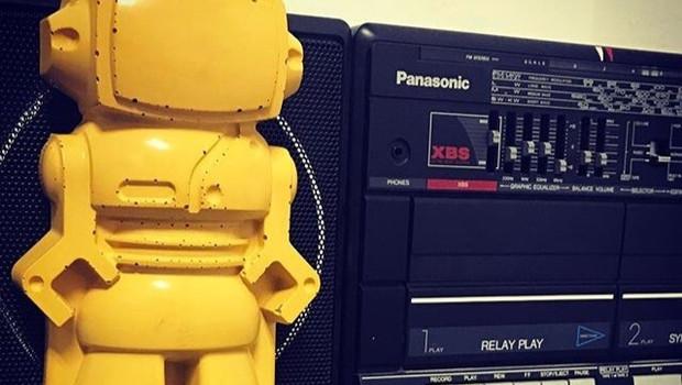 Objet décoratif en béton de couleur jaune moutarde et en forme de Robot