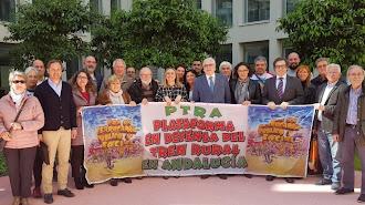 La consejera de Fomento, ayer, con miembros de la Plataforma PTRA.