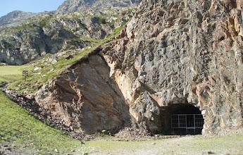 Photo: A la izquierda de la boca de entrada al túnel del Port de Rat desde Andorra, hay señales que nos indican el camino para ir al pico de Arcalís y al pico de Cataperdís por su ruta normal.