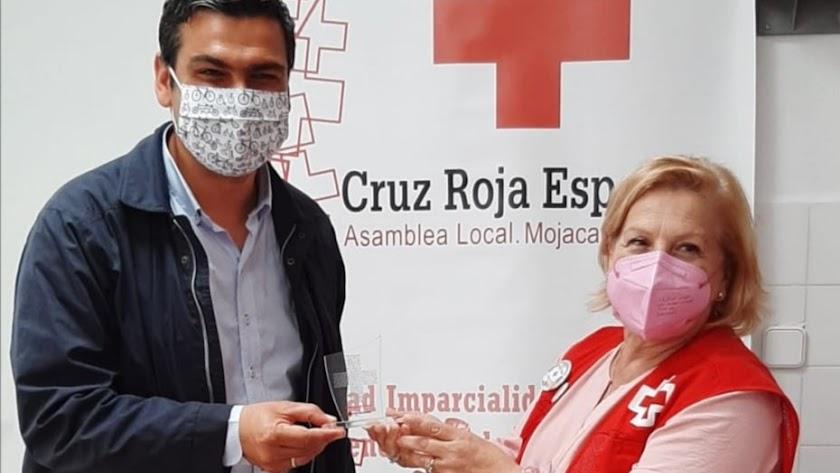 El alcalde junto a la representante local de Cruz Roja tras la firma del convenio.