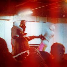Photo: ホジーネにわざとつかまっておいてキック。