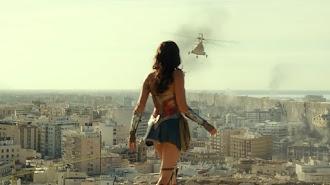 Fotograma de 'Wonder Woman 1984' con una vista de Almería desde el Cerro de San Cristóbal. (Fotograma: Warner)