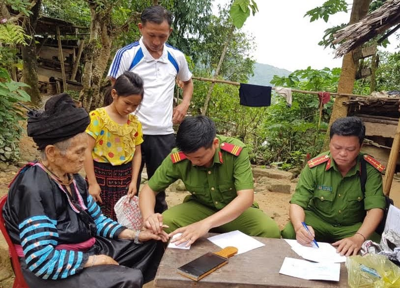 Công an huyện Tương Dương đến tận nhà làm thủ tục cấp phát CMND cho người dân