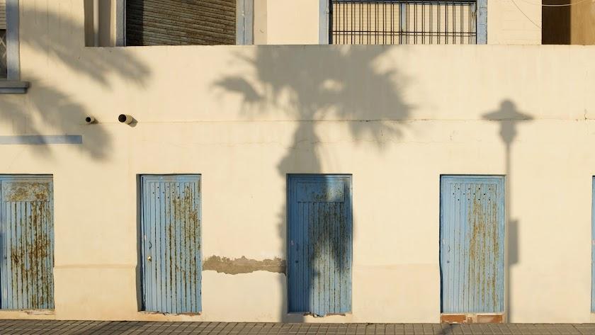 Sombras sobre unas casetas en el paseo marítimo de Almería.