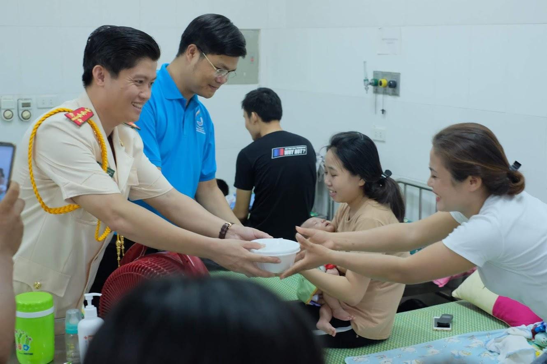 Đoàn thanh niên Công an tỉnh trao tận tay những suất cháo miễn phí cho các bệnh nhân