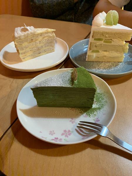 芋頭千層跟綠葡萄蛋糕好吃,不過抹茶有點太抹了,鹹食不錯,咖啡很大杯,蠻ok的。
