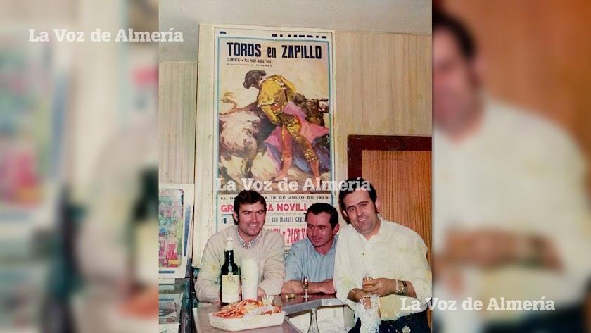 El bar El Arco estaba en la esquina de la calle Real con Braulio Moreno. Tenía su máquina flipper donde los adolescentes echábamos las partidas.