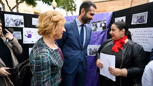 El alcalde de Almería, en un acto contra la violencia hacia la mujer.