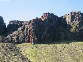 Photo: Svarti turninn í Búahömrum. Smellið á stækkunarglerið til að sjá leiðarvísinn betur. Gulu punktarnir tákna bolta í megintryggingum. Allar spannir eru boltaðar. 1. spönn: 5.7 - 30 m. 2. spönn: 5.8 - 15 m. 3. spönn: 5.3 - 50 m (tengispönn, brekka með stuttu hafti). 4. spönn: 5.8 - 10m. 60 m lína og 11 tvistar. Bergið er sumstaðar laust – notið hjálm!