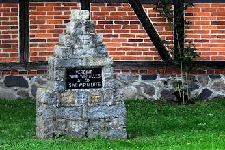 Photo: Sinnspruch der schlauen Mecklenburger auf einem Gedenkstein vor der Kirche in Barkow bei Parchim