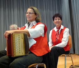 Photo: GF- Finazministerin Charlotte Wullschleger (vorne links)  und Frau Lotti Schaffner in fröhlicher Stimmung.