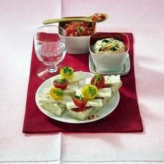 Hummus und feurige Tomatensalsa zu Fladenbrot