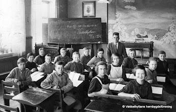Photo: Skolan 1926-12-14. Detta skolkort är mina klasskamrater samt pojkarna i klassen före där min bror kalle är med, kortet är taget första året jag gick i fortsättningsskolan, att det bara är pojkar från klasse före beror på att flickorna då gick i skolköket. Jag skall namnge dem alla framifrån vänster räknat rad 1, Edvard Larsson, Karl Ahlström, Nils Karlsson, Henning Andersson, Magister Edvin Gustafsson, Harry Hansson, Sten Persson, rad 2, Torsten Karlsson, Bertil Borg, Helge Pettersson, Alvhild eriksson, Vera Dahlberg, rad 3, Martin Ahlström, Birger Bark, Elsa Andersson, Kerstin Hansson, jag som skrivit ner dett är Martin Ahlström, det går ju att se på Svarta tavlan vad för undervisning som pågick, magistern var sträng men en mycket skicklig och rättvis person som uppskattades mycket, året är 1926 den 14 december strax för jul