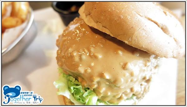 Burger Joint(7分SO美式廚房)│大量香濃特製花生醬的花媽牛肉漢堡實在是太犯規太邪惡,綿密香醇豐富的口感是花生控必嚐的一味,連熊爸不愛花生也愛這味喔│台中。華美街。西區