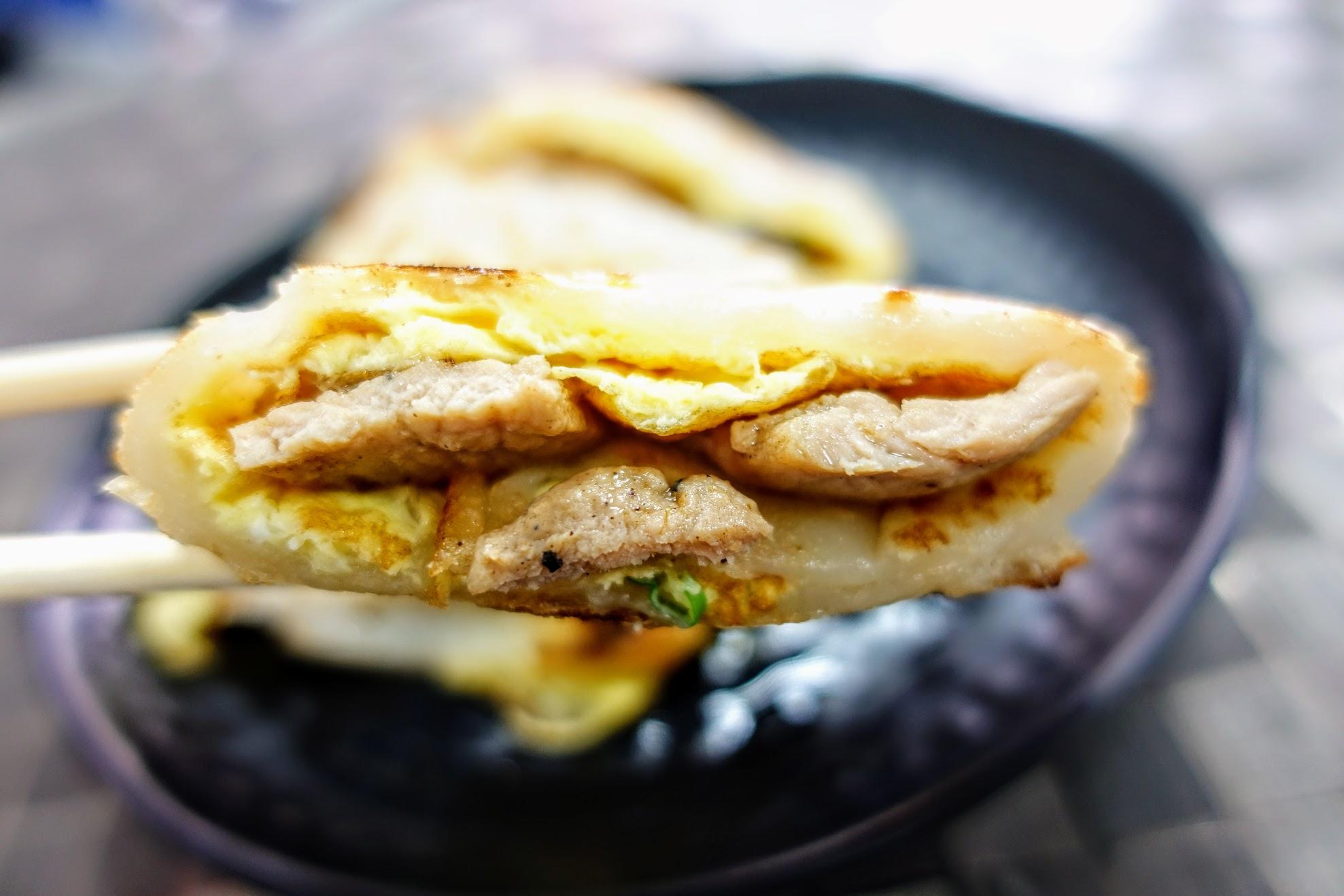 餅皮很Q很彈,頗好吃的餅皮啊! 這次點燒肉蛋餅,中間燒肉不會太鹹,整體來說還不賴的蛋餅喔