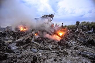 Photo: KIV16. DONETSK (UCRANIA), 17/07/2014.- Fotografía de los restos de un avión Boeing 777, vuelo MH17 de Malaysia Airlines, que cayó a tierra hoy, jueves 17 de julio de 2014, cerca de Donetsk (Ucrania). El avión, con 295 personas a bordo, chocó en el este de Ucrania y tanto separatistas como el Gobierno del país enfrentados en esta zona niegan que lo hayan derribado. Se estima que todos los pasajeros y miembros de la tripulación de la aeronave que se dirigía de Amsterdam a Kuala Lumpur murieron. La aerolínea informó que perdió contacto con el vuelo MH17 a las 14:15 GMT, a unos 50 kilómetros de la frontera entre Rusia y Ucrania. EFE/Alyona Zykina