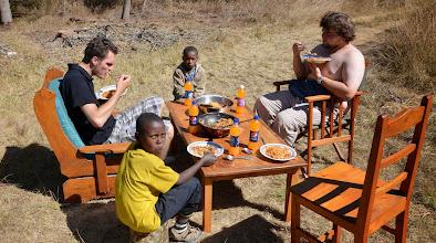 Photo: Taková malá zahradní párty. Ondra, Adam, Viktor, Pendo, špagety a fazole s rýží.