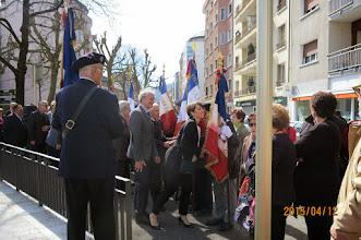 """Photo: Salut aux porte-drapeaux au rythme des """"Allobroges""""."""