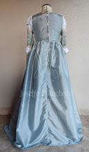 Photo: Vestido Renascentista Italiano datado por volta de 1400 em tafetá e brocado com detalhes em galões e ilhóses com amarração.. A partir de R$ 400,00.
