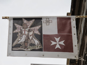 Photo: 202 La Valette, rue des marchands, oriflamme avec les croix symboles de Malte