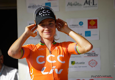 Marianne Vos zit al aan zege nummer vier in Frankrijk en rijdt haast het hele peloton op minuten