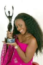 Photo: Jackie Appiah posa con la estatuilla de los African Movie Academy Awards (AMAA)