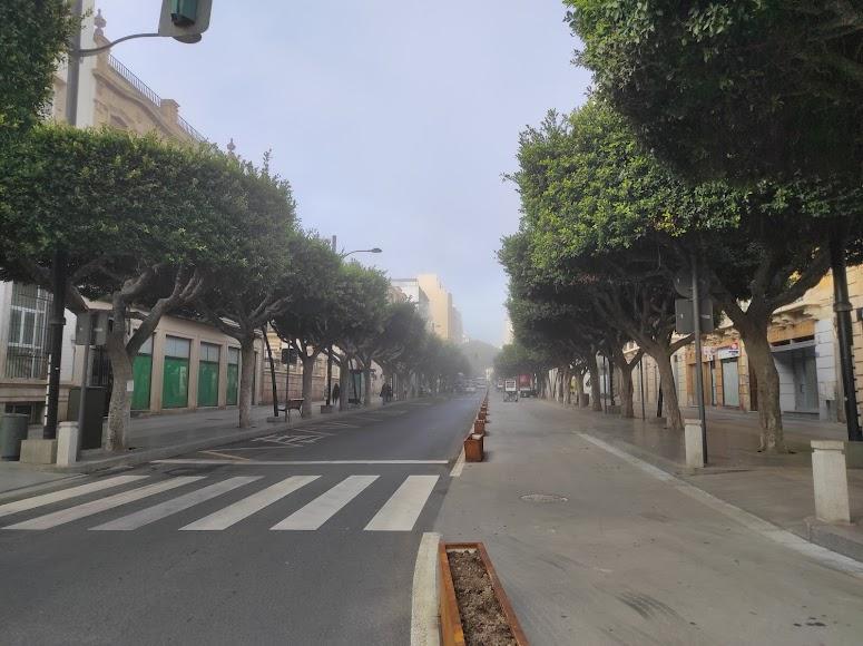 Niebla en Almería: así desaparecía esta tarde el Paseo de Almería