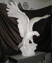 Photo: Como bien puede apreciarse este águila esta realizada en escayola. Primeramente se hizo una estructura con alambres que se rellenó de yeso escayola, dando lugar a una figura en bruto que paulatinamente se ha tallado con formones y gubias. El cuerpo y las dos alas se han hecho por separado. || Talla en madera. Woodcarving.    Para leer algo más en relación con esta obra ir al blog: http://tallaenmadera-woodcarving-esculturas.blogspot.com/2008/12/guila-tamao-natural.html