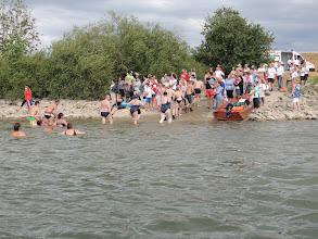 Photo: Am Ausstieg am Donauufer in Waltendorf wurden die Schwimmer mit Applaus und warmen Tee begrüßt