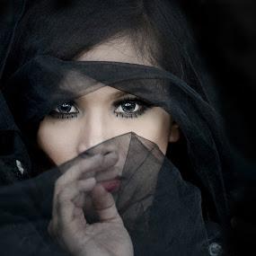 The eyes by Banggi Cua - People Portraits of Women