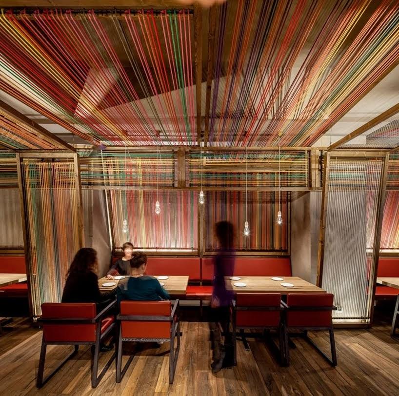 Cuerdas de colores alinean las paredes y el techo de este restaurante