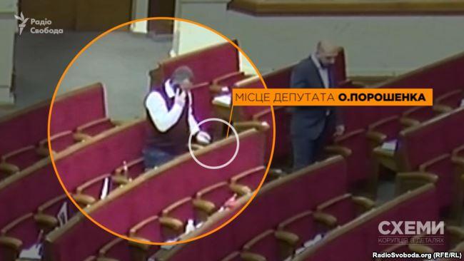 Депутат Іван Мельничук вставляє картку депутата Олексія Порошенка в гніздо