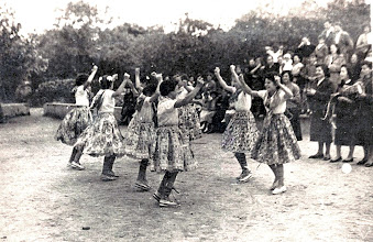 Photo: Baile de las chicas del pueblo en San Bartolo.