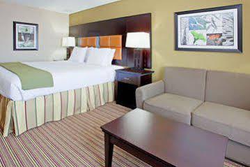 Holiday Inn Express and Suites Arlington